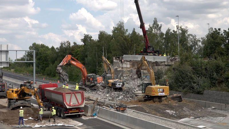 Pomalé bourání mostu přes D11 bylo v režii TSK Praha, Hřib se omlouvá
