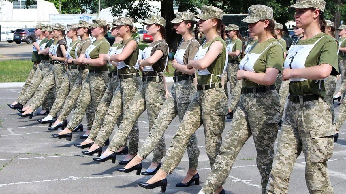 Ukrajinské vojákyně na přehlídce beze zbraní a na podpatcích, plánuje ministerstvo