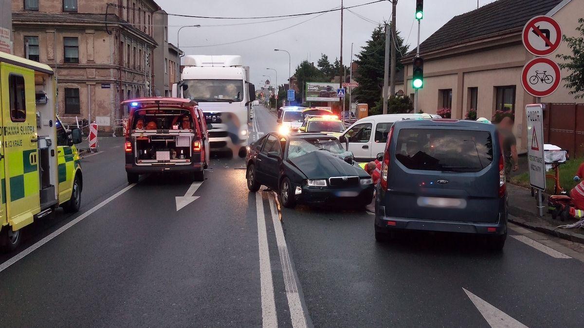 Kamion v Hradci jel zřejmě na červenou. Smetl auto, jehož řidič zemřel