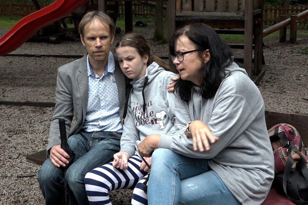 Rodiče se snaží Emmu dostat do stavu, kdy bude samostatná.