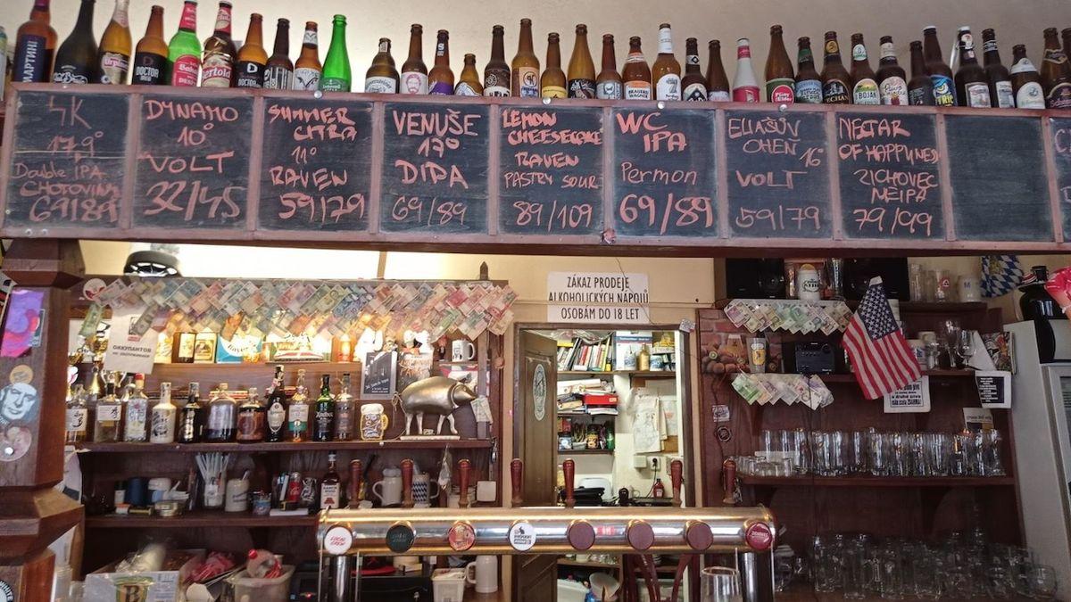 Prázdnější hospody, více lahví a plechovek. Jak covid změnil konzumaci piva