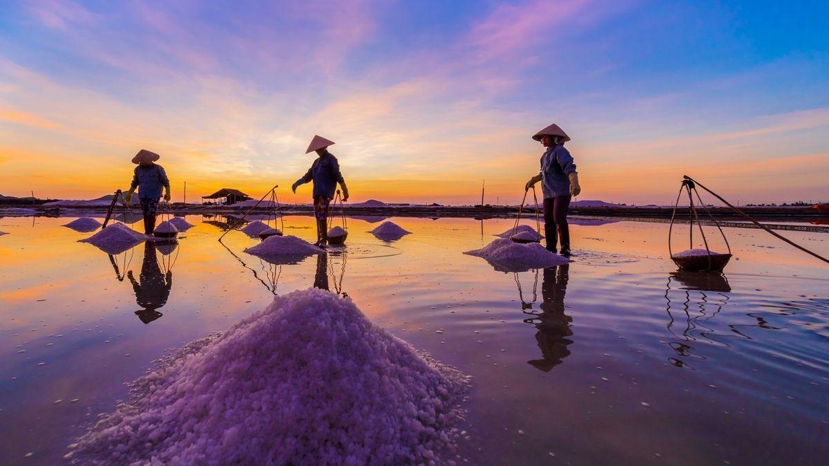 FOTO: Práce na vietnamských solných polích není snadná, začíná se před rozbřeskem