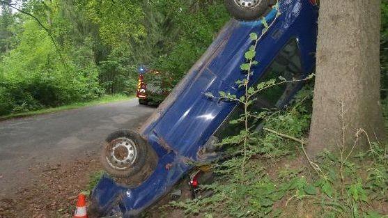 Mladík po honičce s policií opřel auto o strom, pak utekl bos