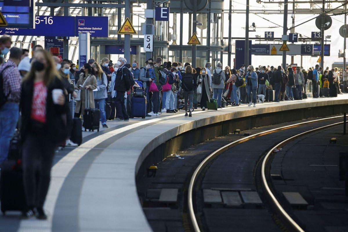 Lidé čekají na nástupišti berlínského hlavního nádraží.