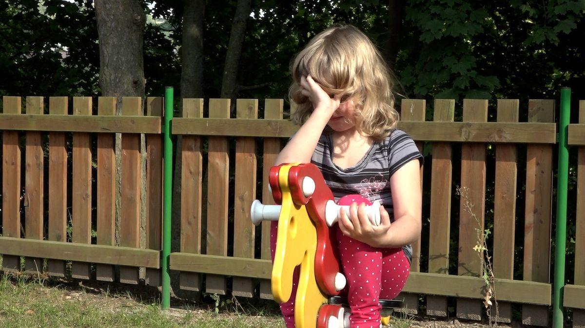 Po většinu času zůstává malá Tinka s mozkovou slepotou ve svém vlastním světě hmatu a zvuků.
