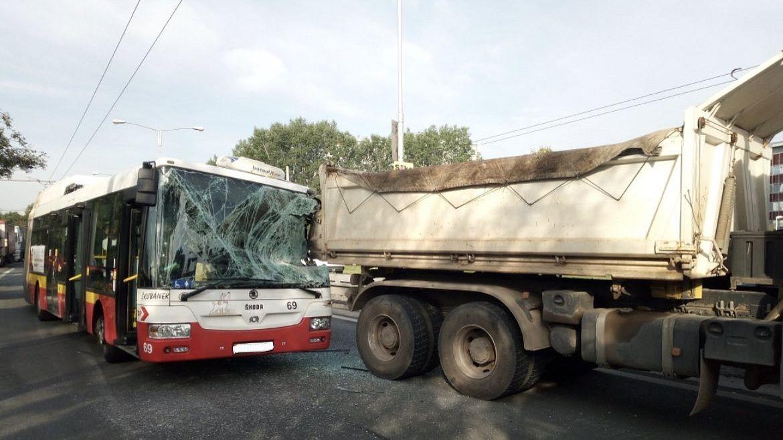 Trolejbus s cestujícími vrazil v Hradci Králové zezadu do náklaďáku