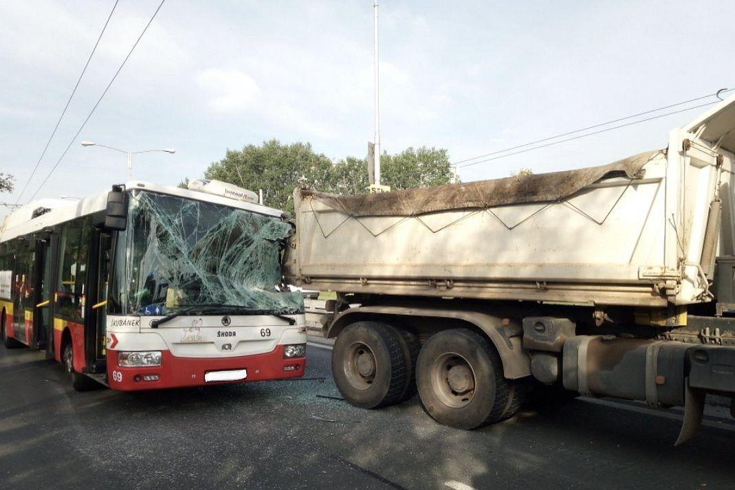 Srážka trolejbusu s nákladním autem v Hradci Králové