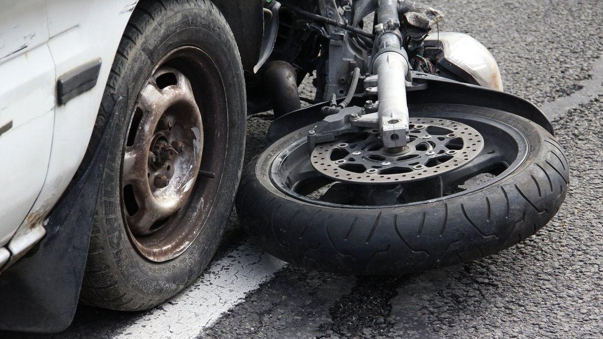 Tři zranění zůstali po srážce motorky s autem v Opavě
