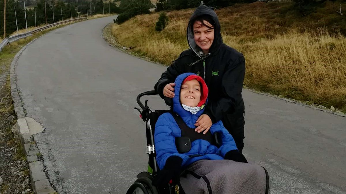 Maminka třináctiletého syna na vozíku do kopců už sotva utlačí. Nový vozík by tak ulehčil život oběma.