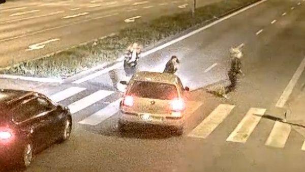 Odstrašující video: Dívkám na přechodu dal jeden šofér přednost, další do nich prudce vjel