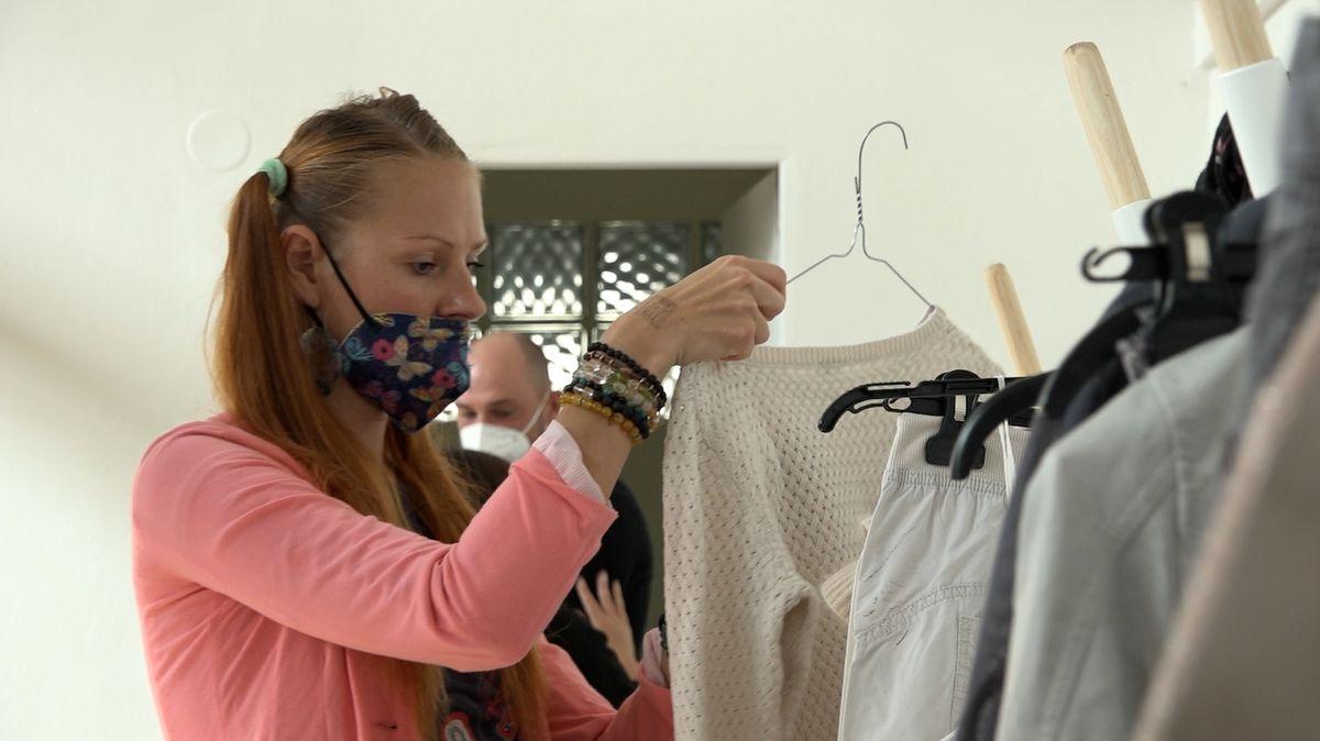 Už od rána do haly číslo 17 v Pražské tržnici chodily převážně ženy směňovat oblečení i obuv.