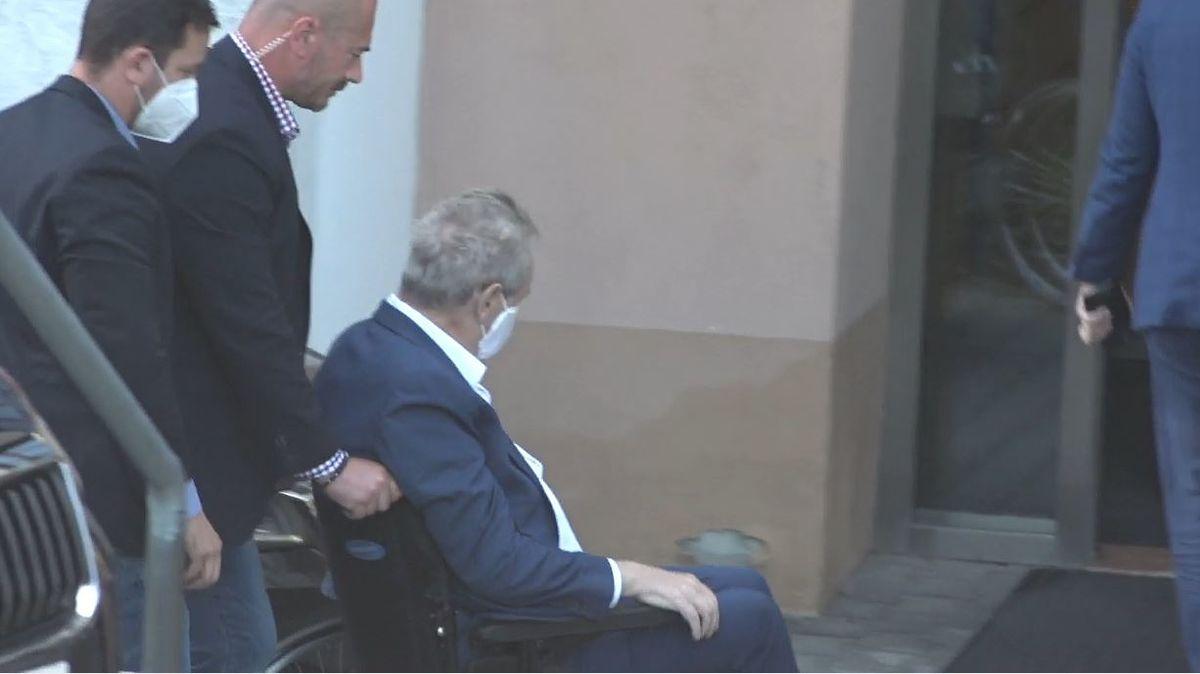 Miloš Zeman přijíždí do ÚVN.