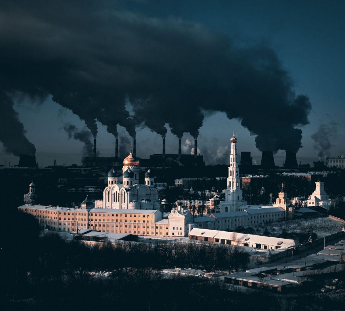 Metaforická zpráva o městě a zimě (Moskevská oblast) - Vítěz kategorie Město. 500 Let starý klášter v moskevské oblasti a obrovská elektrárna v pozadí. Pára z chladících věží je tak hustá částečně díky obrovskému mrazu.