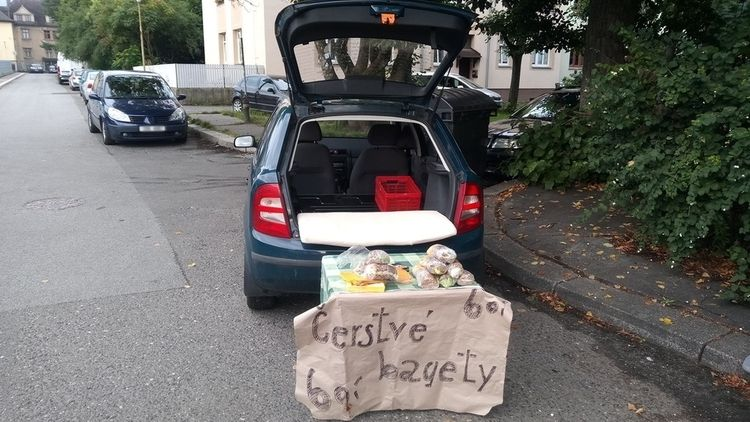 Muž prodával před školou v Liberci bagety za 60 korun. Bez povolení