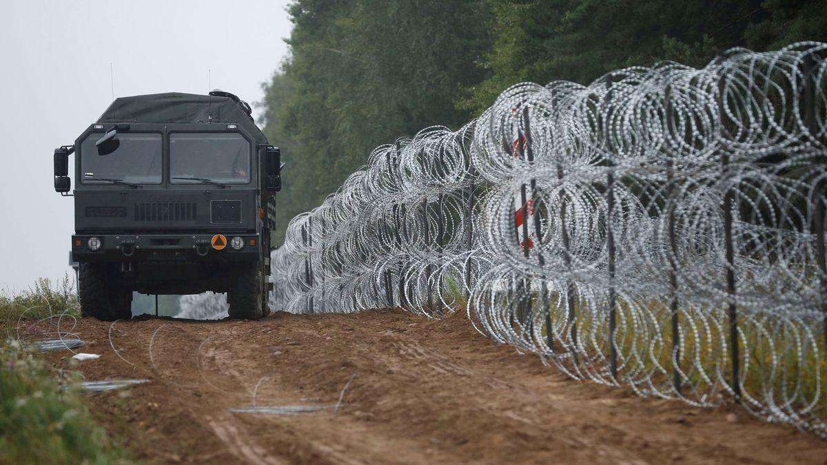 Dosud hranici Polska s Běloruskem proti nelegálním migrantům brání ostnatý plot. Nahradit ho má pevná zeď.