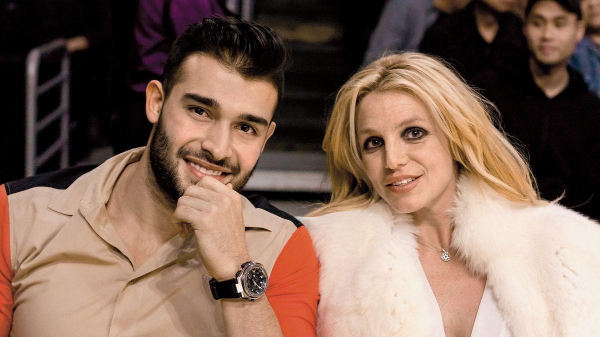 Britney Spearsová oznámila zásnuby s fitness trenérem Samem Asgharim, mladším o dvanáct let.