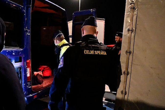 Celníci s policisty hledali migranty