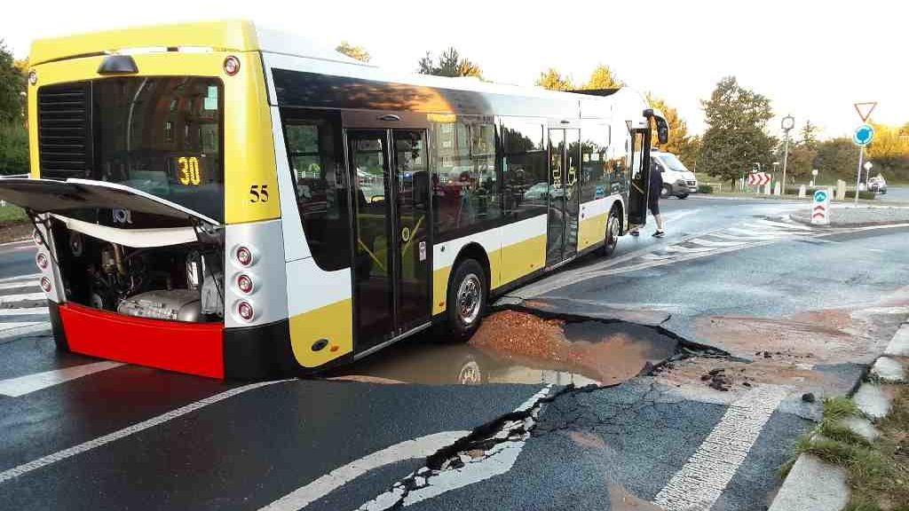 Silnice v Mostě se propadla pod autobusem.