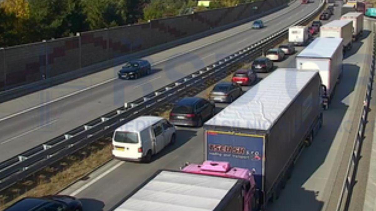 Po hromadné nehodě na D1 u Meziříčí auta projedou jedním pruhem