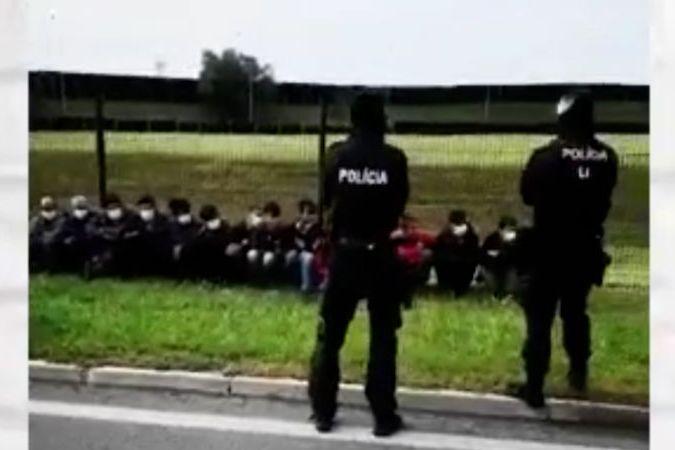 Slovenská policie zastavila auto s 28 migranty mířící k České hranici