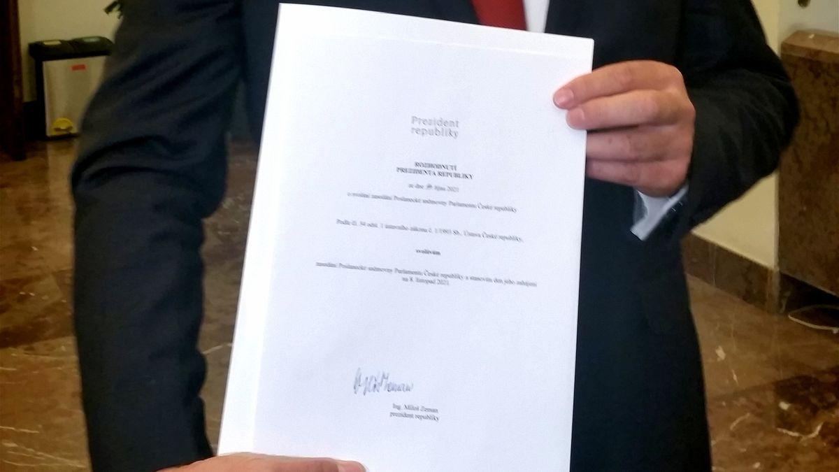 Předseda Poslanecké sněmovny Radek Vondráček (ANO) ukázal rozhodnutí, kterým svolal prezident Miloš Zeman stálé zasedání nové Sněmovny na 8. listopadu 2021.