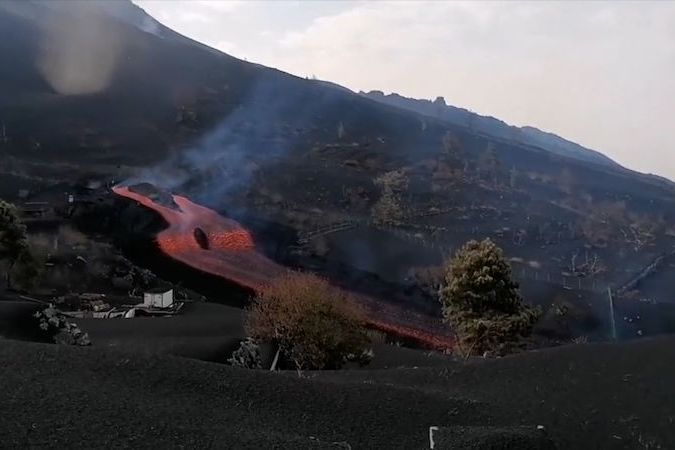 BEZ KOMENTÁŘE: Sopka Cumbre Vieja začala chrlit lávu novou puklinou