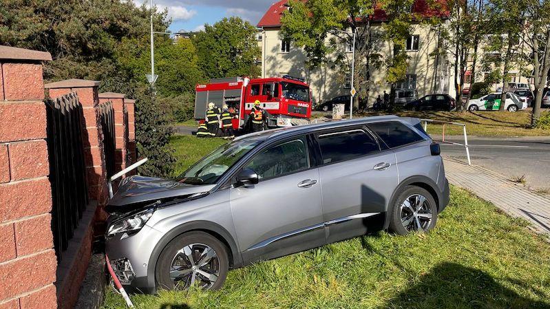 SUV v Praze prorazilo zábradlí a skončilo v plotu. Čtyři zranění včetně dvou dětí