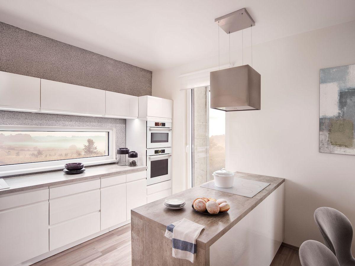 Kuchyňský prostor je velkorysý a ani v něm nechybí okna