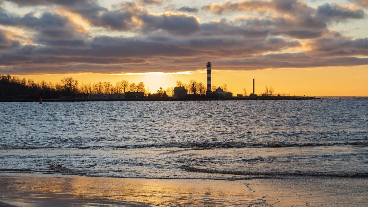 Moře vyvrhlo na lotyšskou pláž zbytky záhadné britské lodi z 19. století