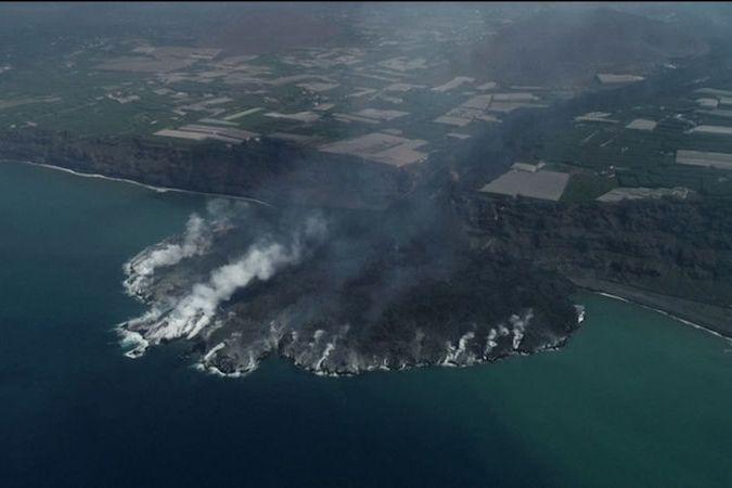 BEZ KOMENTÁŘE: Láva v moři rychle tuhne, zvětšuje se tím rozloha ostrova La Palma