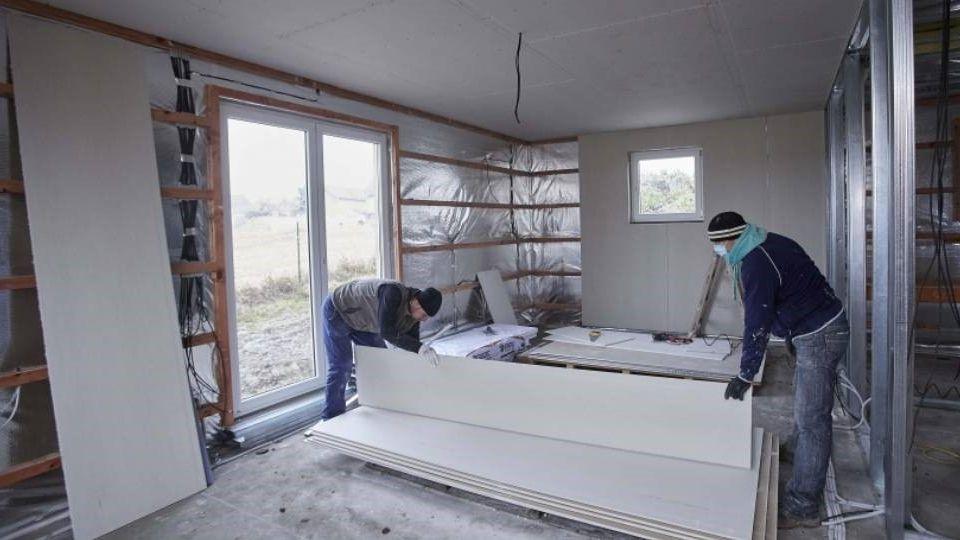 Stavíte dům? Tyto práce můžete dělat ivzimě
