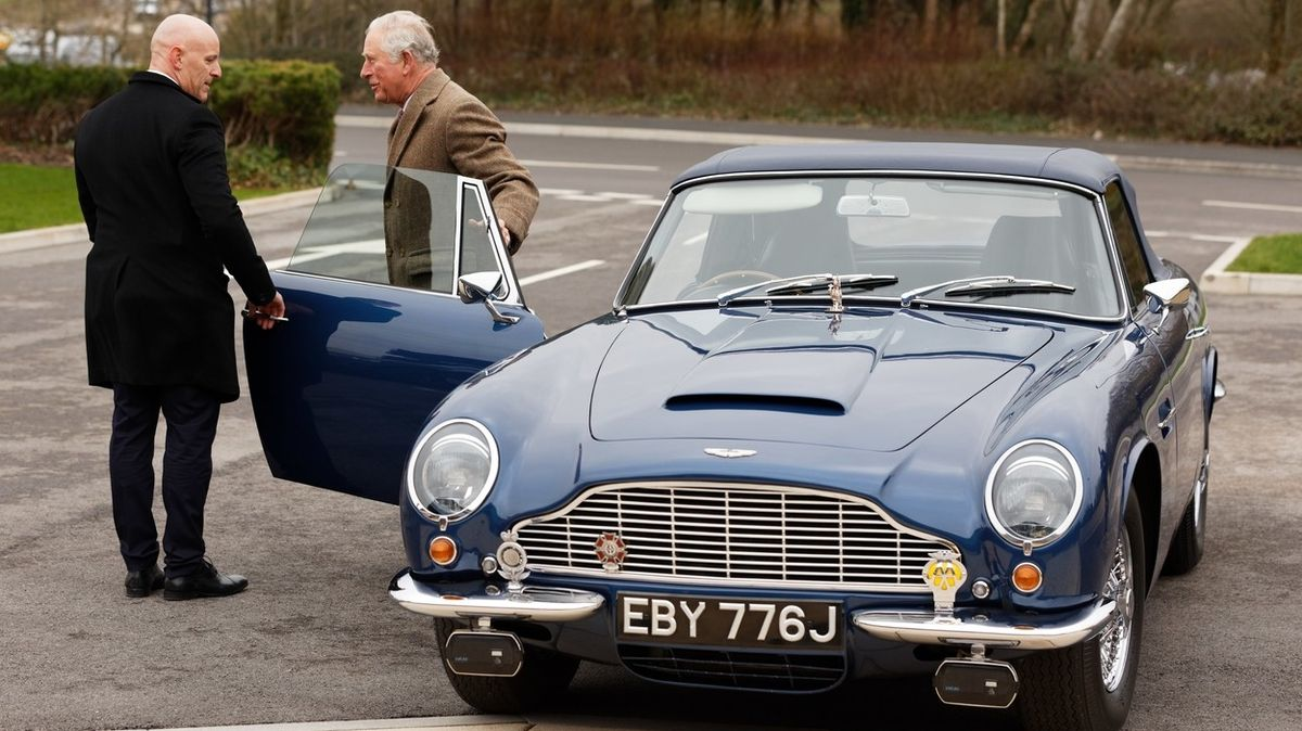 Jezdí na víno a sýr, říká o svém Aston Martinu princ Charles