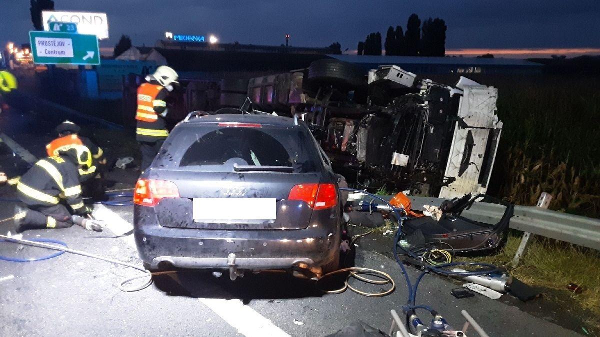 U Prostějova se srazil kamion s autem, jeden mrtvý. Dálnice je uzavřená