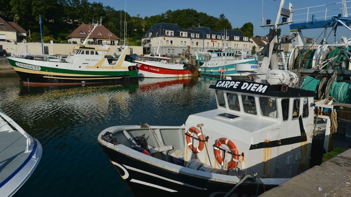 Francouzští rybáři chtějí ohrozit britské Vánoce