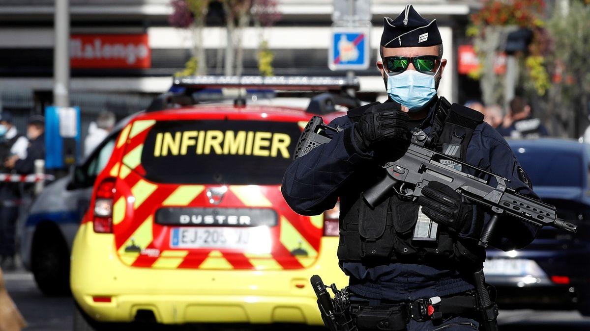 Ve Francii muž ubodal policistku, sám pak zemřel po zásahu jejích kolegů