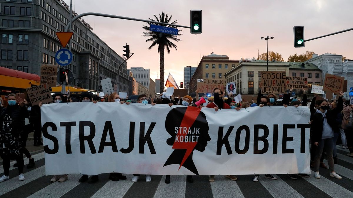 Zákaz potratů v Polsku: Zasáhněte, vyzvali europoslanci Komisi