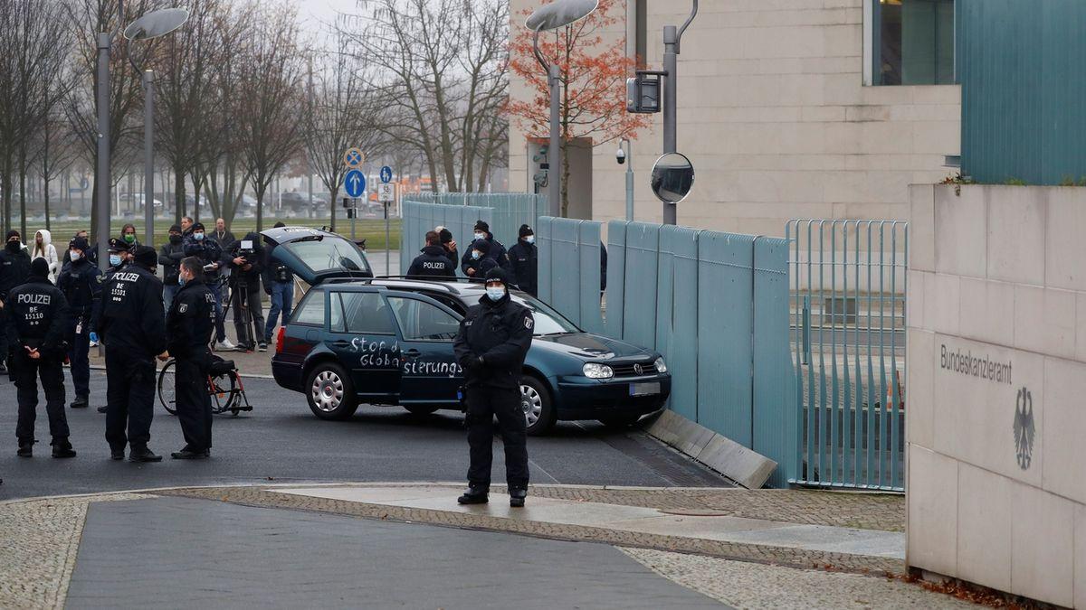 Do plotu sídla Merkelové úmyslně narazil řidič s autem - novinky.cz