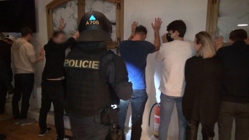 Ke zdi! A ruce nahoru. Policie ukázala video ze zásahu na nelegální party