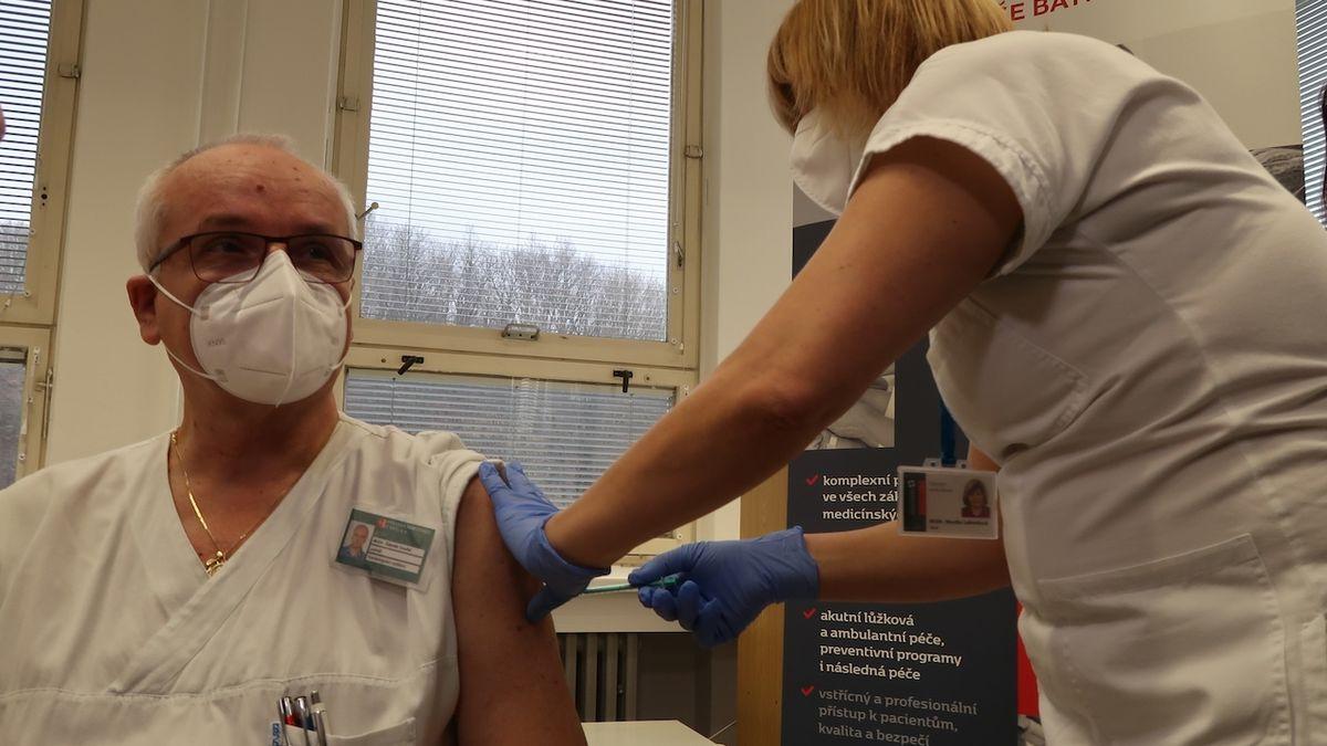 Lékař Zdeněk Coufal byl prvním proti koronaviru očkovaným zdravotníkem ve Zlínském kraji.