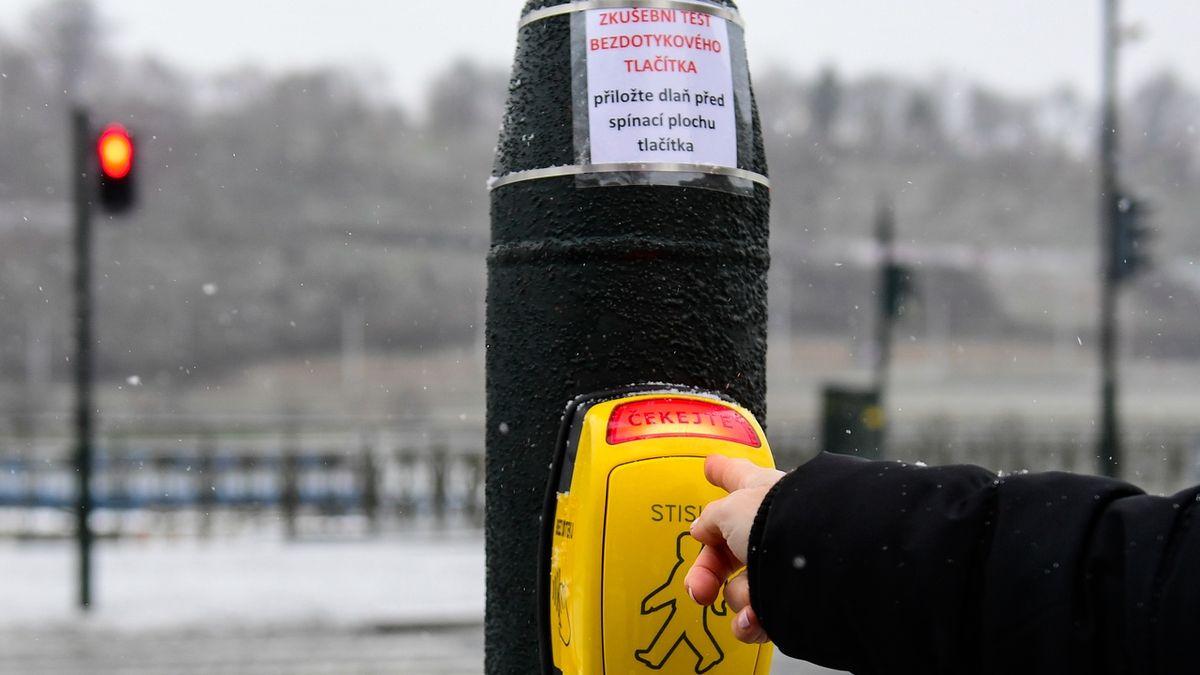 Chodci na přechodu v Praze přivolají zelenou bezkontaktně