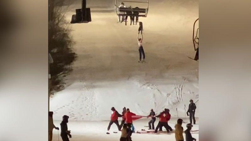 Čtrnáctiletá lyžařka visela z lanovky, chytat ji museli do plachty