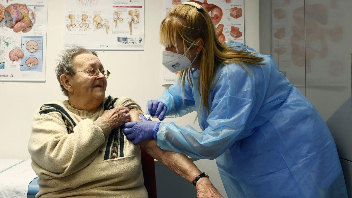 Odborníci: Odklad druhé dávky neublíží, zvýší počet očkovaných