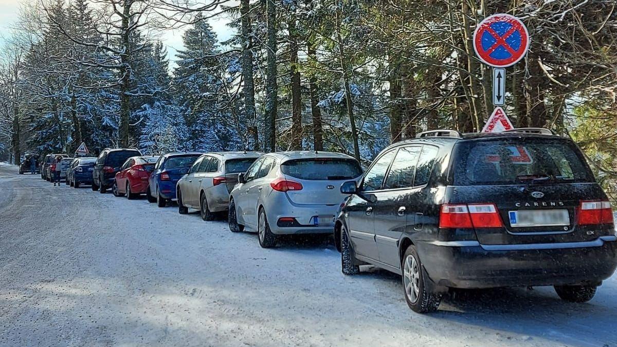 Řidiči ucpali auty Deštné v Orlických horách