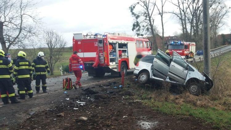 Senior na Rychnovsku přejel do protisměru a narazil do sloupu. Na místě zemřel