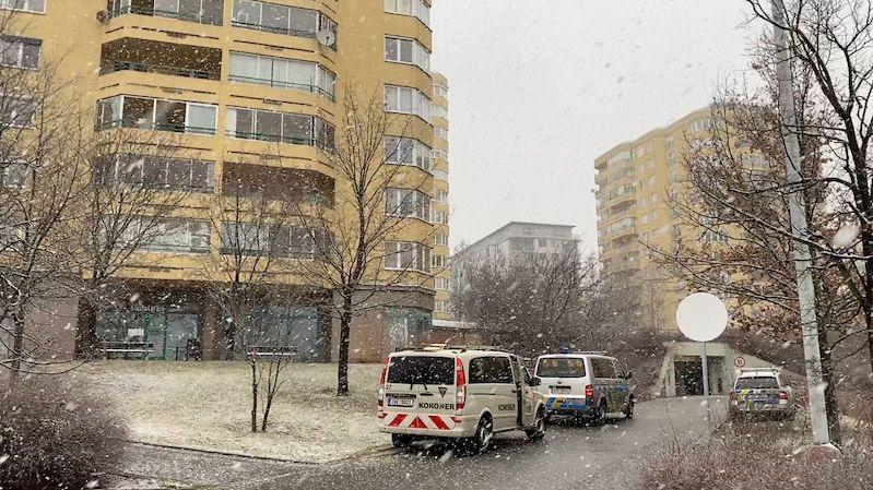 Při pádu z devátého patra domu v Praze zemřel mladý muž