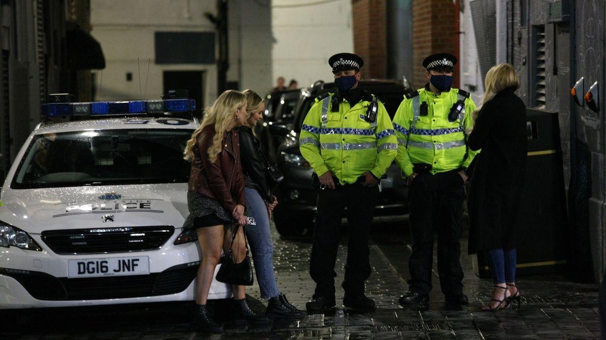 Účastníky večírků čeká v Británii pokuta 23 tisíc. Vytrvalí rebelové si ještě připlatí