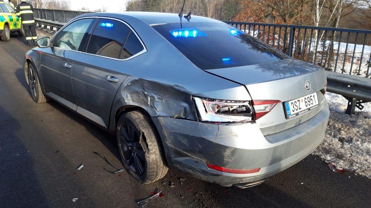 Dodávka vrazila na dálnici na Benešovsku do policejního auta, dva zranění
