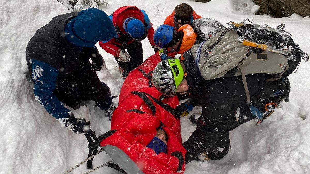 Z ledopádu v Jizerských horách se utrhl kus ledu a zranil lezce