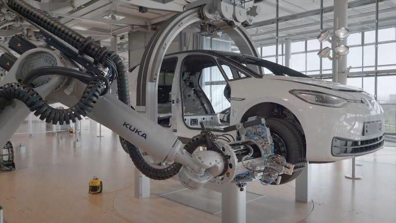 Volkswagen už v prosklené továrně nevyrábí limuzíny, ale elektromobily ID.3