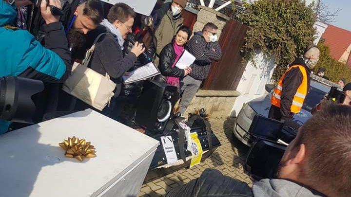 Chcípl PES demonstroval před Hamáčkovým domem, dovezl mrazák